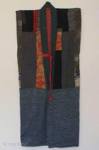 Yose juban, Japan, Edo (circa 1800), cm 130x60. The 'juban' is a garment which is worn under a kimono. As 'yose' means 'pieced', those obtained by hand-sewing together silks from discarded kimonos  ...
