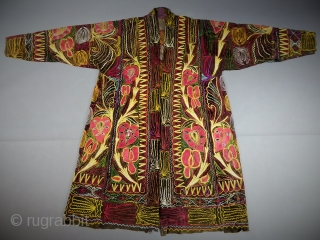 Astonishing Suzani chapan Middle east embroidered coat in good condition. Ouzbeck or Ottoman origin 19c... looks very early... Ground is twill cotton and deep brown velvet. A museum master piece. Dimensions: hauteur devant  ...