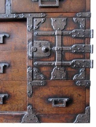 Japanese Keyaki Burl Wood Choba with Locking Bar, Edo Period Antique Japanese choba tansu (merchant's chest) made of keyaki (elm) wood burl with heavy iron hardware. The upper most portion of the chest  ...