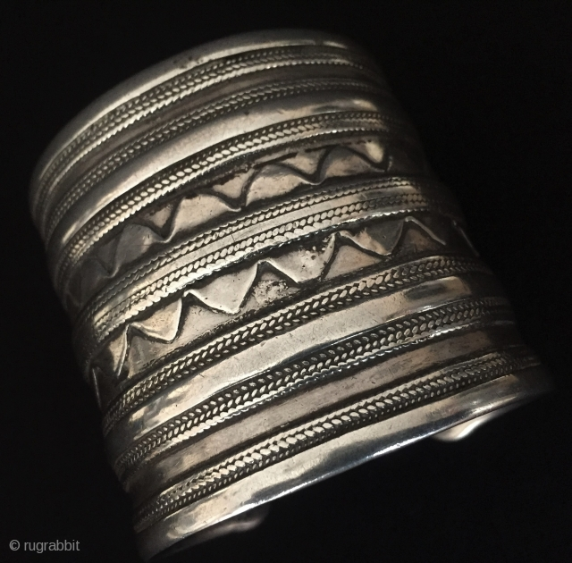 Central-Asia Antique Turkmen-Ersary ethnic tribal silver cuff bracelet Fine condition  Circa - 1900 or earlier Size - ''6.2 cm x 6.5 cm'' - İnner circumference : 15 cm - Weight :  ...
