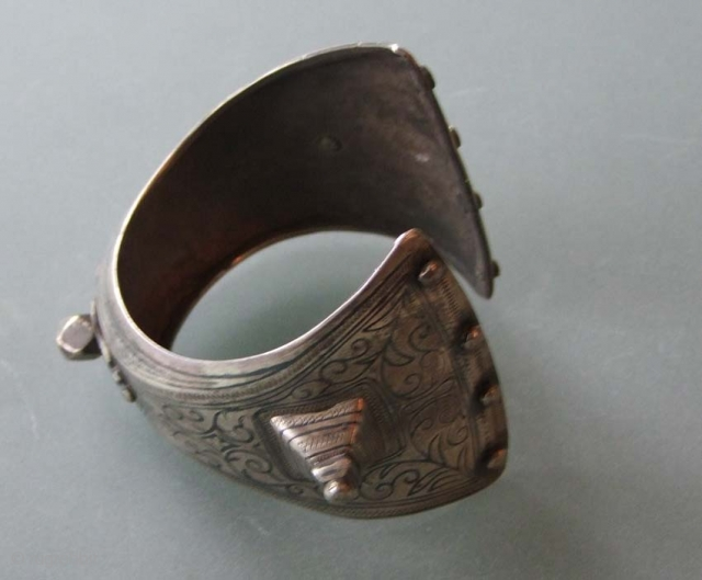 A bracelett, silver with niello-work, from Marocco, North Africa 19/20th century Inner diameter about 6 cm