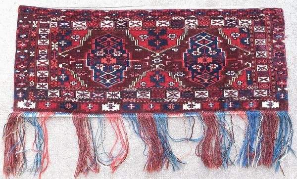 Ancient Chodor torba, early 20th century, in perfect condition. This rug has always been suspended.  Origin : Turkmenistan Period : early 20th century Size : 94 x 39 cm Material : wool on wool Perfect condition Vegetable dyes Handwoven  This  ...