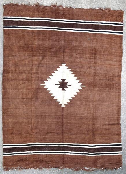 Very silky Sirt rug woven in angora wool. These rugs were woven by arabized Kurdish tribes from the Syrian border.  Origin : Kurdistan/Syria Period : middle of the 20th century Size : 197 x 147  ...
