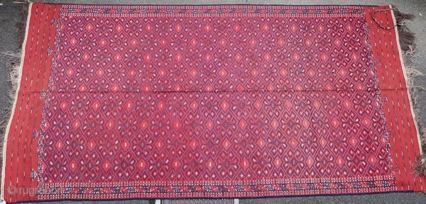 Yomut kilim from Central Asia, superb execution quality with a very intense madder red. Vegetable dyes, collection rug, rare in this condition.  Origin : Turkmenistan Period : around 1900 Size : 360 x 200 cm Material  ...