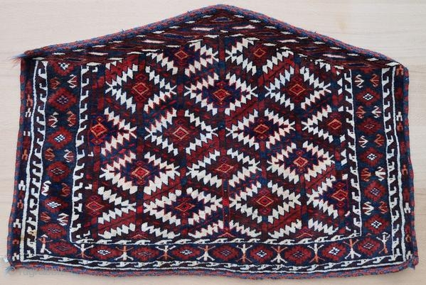 Yomut Asmalyk, early 20th century, in perfect condition with an old stain.  Origin : Turkmenistan Period : around 1900-1930 Size : 112 x 78 x 60 cm Material : wool on wool Perfect condition, with an old  ...