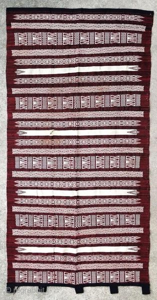 Kabyle weaving fragment, around 1930.  Origin : Algeria Period : around 1930 Size : 195 x 99 cm Material : wool on cotton Incomplete with holes Handwoven  This textile has been cleaned by a professional.  ✦ Price and photos on  ...