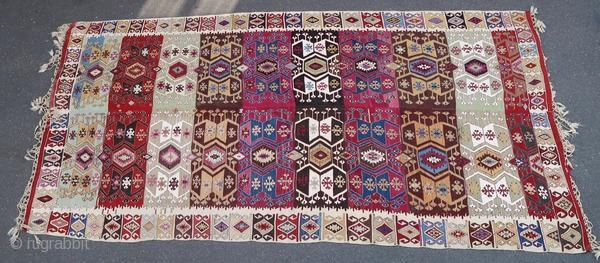 Anatolian kilim, from the beginning of the 20th century. It remained suspended and is therefore in good condition, but with a torn part to restore.  Origin : Turkey Period : early 20th century Size :  ...