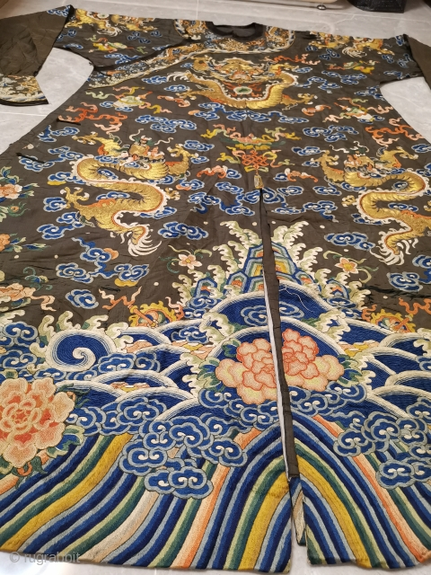 In the Qing Dynasty, the embroidered four clawed eight Python horse shoe sleeve Python robe was made of fragrant satin.    It is 139 cm long and 116 cm wide.