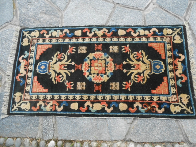 102 x 54  cm Tappeto cinese antico annodato nel GANSU. CHINESE ANTIQUE carpet knotted in the region of GANSU. In perfect condition. With a lot od Ideograms shou and sinshuan. Wool on cotton warp-weft. GREETING from lake  ...