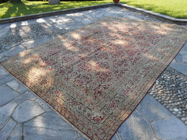 Agra carpet antique. Very good condition. Palace size for this beautiful piece:  395 x 277 cm. Full pile and has been not restored. More pictures of request. Carpet from Venise. All the best and thanks  ...