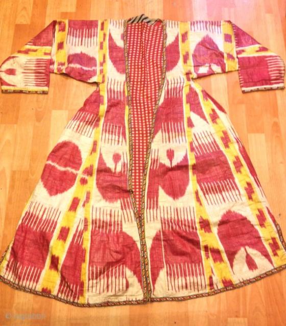 Uzbek ikat silk chapan ethnic vintage chapan  kaftan originall natural dyes color  Size: height :120 cm  shoulder size : 43 cm Under arm : 41 cm  100% silk handmade  FAST WORLDWIDE SHIPPING by FEDEX EXPRESS almost  ...