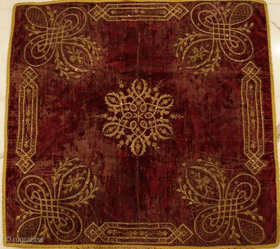 Bocha -  Square velvet, areas of wear. Size: 78x74cm.