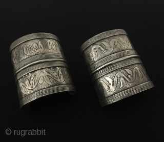 Central-Asia A pair of Afghanistan-Olam Ethnic Tribal Silver Cuff Bracelets. Talismanic design all silver handcrafted Great condition ! Circa - 1900 Size - Lenght : 7.2 cm - Width : 6 cm  ...
