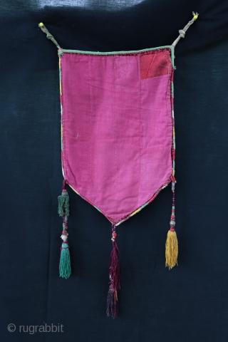 Nice Uzbek bag probably Lakaï , beautiful colors .  Silk material ( velevet and embroidery ), XIX century .  SIze : 48/32 cm
