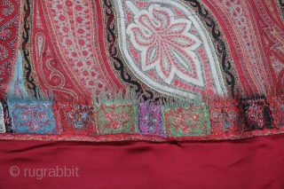 Cashmere scarf India 19th century sings of age and wear.