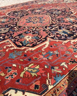 Antique Heriz carpet with a very well-drawn large medallion and excellent clear soft colours. Size: 15ft 1in x 11ft 2in (460 x 340cm).  Circa 1900.  The carpet has a large central medallion of traditional  ...