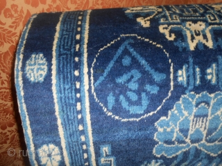 123 x 66 cm General Ma Bufang antique piece Khotan with 4 ideograms inscriptions history of the Governor of Gansu-Xinjiang. Very good condition with only old restor. Brilliant wool for this Xinjiang piece.  ...