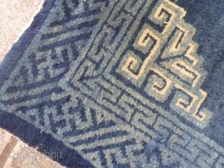 112 x 60  cm  Tappeto orientale antico regione della Mongolia Interna, circondario di Sichuan.  Ottimo stato conservativo. Pulito e pronto per il domestico uso quotidiano. Lane seriche e molto luminose. Morbidissimo tappeto  ...