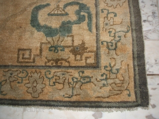 175 x 93 cm Antique Peking very very archaic design. Last quarter XIXth century. The upward-pointing decoration and the presence of original motif of the eight Buddist Treasure (the Canopy) and one of the  ...