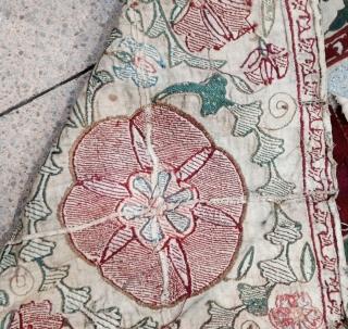 December sale :  Beautiful Suzani frag , Circa : 19th; size : 113x81x50cm