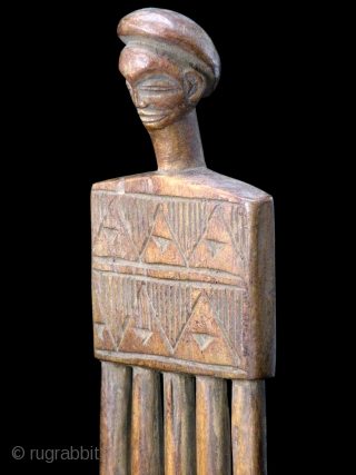 CHOKWE COMB    Old fine carved wooden figural Chokwe comb from Congo      Bibl.ref.:   Vision of Africa. Chokwe - Boris Watsiau  size:  17,50  cm x 5  C5