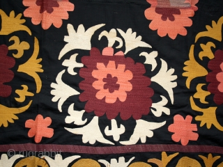 Suzani cod. 0263. Silk embroidery on cotton. Uzbekistan. First half 20th. century. Dimension cm. 120 x 186.