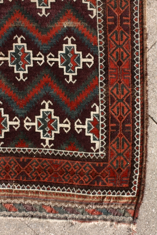 deeeeeep deeeep aubergine, cherry red, peach, turquise and dark green ... what else would you need on a baluch rug? Zabol / Sistan (?) baluch .... stylized human figures (?) waving on  ...