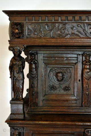 Special piece of furntiture 'Beelden kast' beelden = statues