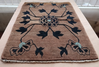 Tibetan small rug (81cm x 62cm), full pile, extremely well balanced naturalistic drawing of a lotus flower.  More or less subtles abrashes in the dark and brown parts, no repair, still wearing  ...