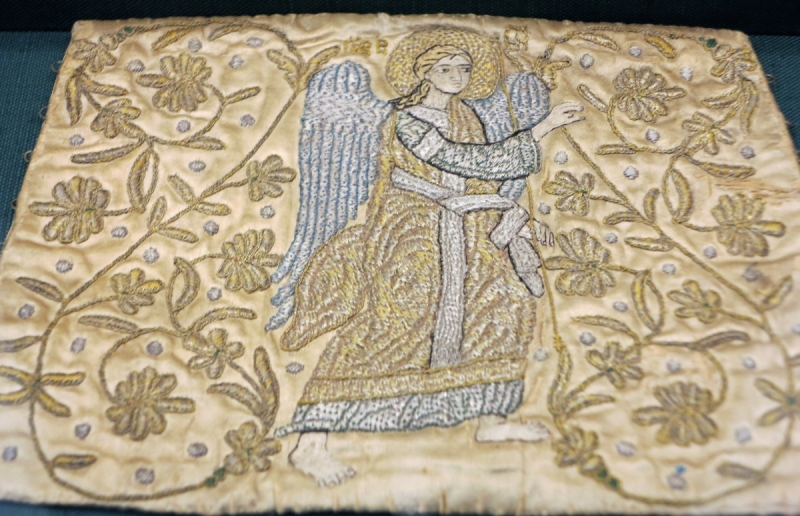 Cuff of gold-thread embroidered silk, with a representation of the angel of the Annunciation among tendrils and fleurs-de-lis. The cuffs constitute part of the sacerdotal vestment adopted from the Byzantine lay garment. They symbolise the handcuffs placed on the wrists of Jesus when he was brought before Caiaphas. 16th c. 0,19x0,27 m. (ΓΕ 9323) image copyright rugrabbit.com text copyright Benaki Museum